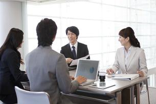 会議中のビジネスマンとビジネスウーマンの写真素材 [FYI01295741]