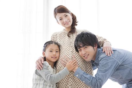妊婦のお腹に触れる親子の写真素材 [FYI01295750]