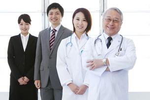 笑顔の医師とビジネスマンの写真素材 [FYI01295763]