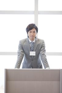 演台に立つビジネスマンの写真素材 [FYI01295765]