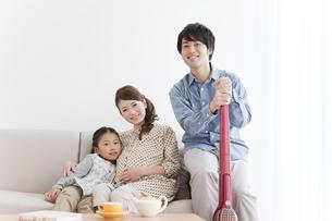 笑顔の家族3人の写真素材 [FYI01295769]