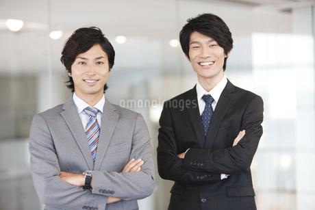 腕組みする笑顔のビジネスマンの写真素材 [FYI01295777]