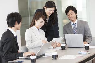 会議中のビジネスマンとビジネスウーマンの写真素材 [FYI01295800]