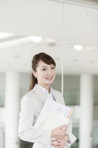 笑顔のビジネスウーマンの写真素材 [FYI01295825]