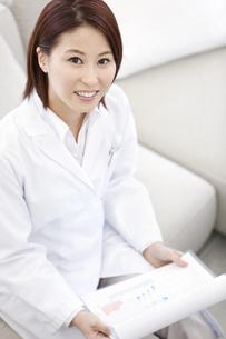 書類を持つ女医の写真素材 [FYI01295829]