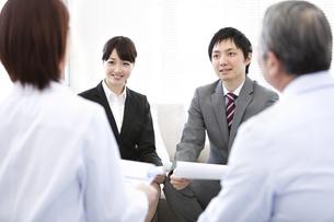 座って話す医師とビジネスマンの写真素材 [FYI01295865]