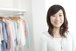 クローゼット前の笑顔の女性の写真素材 [FYI01295906]