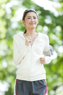 ジョギングをする女性の写真素材 [FYI01295907]