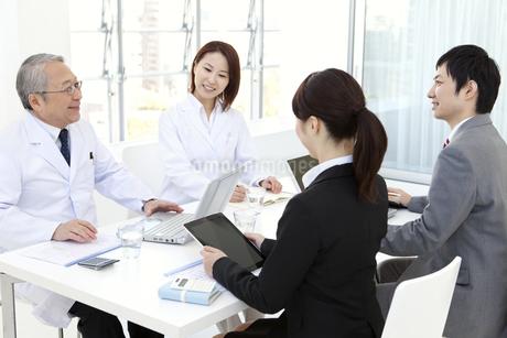 会議をする医師とビジネスマンの写真素材 [FYI01295960]