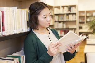 本を読む女性の写真素材 [FYI01295965]