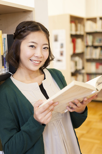 本を読む女性の写真素材 [FYI01295976]