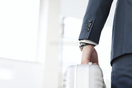 鞄を持つビジネスマンの手元の写真素材 [FYI01296044]