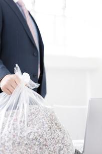 ゴミ袋を持つビジネスマンの写真素材 [FYI01296057]