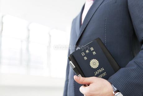 パスポートを持つビジネスマンの写真素材 [FYI01296072]