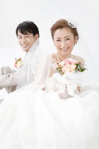 笑顔の新郎新婦の写真素材 [FYI01296126]