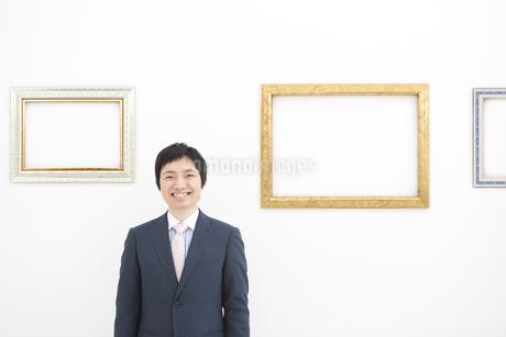 額の前に立つビジネスマンの写真素材 [FYI01296148]