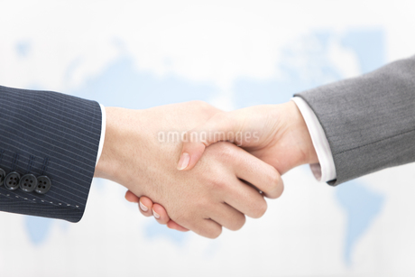 握手をするビジネスマンの写真素材 [FYI01296177]