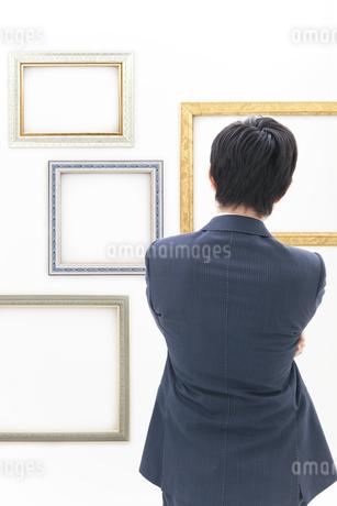 額を見るビジネスマンの写真素材 [FYI01296192]