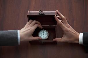 懐中時計をつかむ2人の手の写真素材 [FYI01296208]