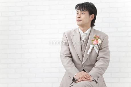 座っている新郎の写真素材 [FYI01296209]