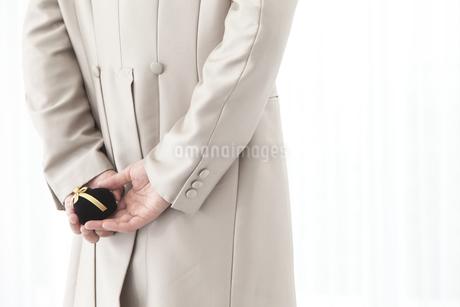 リングケースを後ろ手に持つ新郎の写真素材 [FYI01296216]