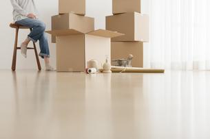 引っ越し準備中に休憩している女性の写真素材 [FYI01296224]