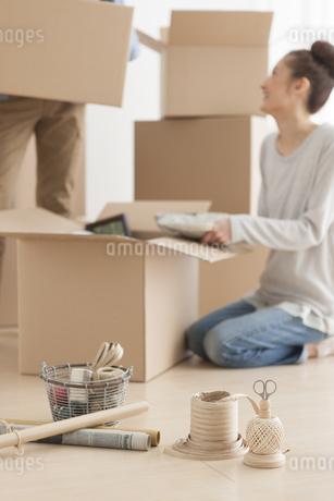 引っ越し準備をしているカップルの写真素材 [FYI01296235]