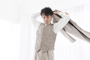 ジャケットを羽織る新郎の写真素材 [FYI01296241]