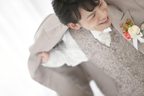 ジャケットを羽織る新郎の写真素材 [FYI01296249]