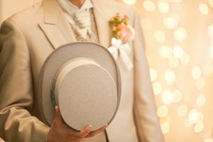イルミネーションと帽子を持った新郎の写真素材 [FYI01296254]