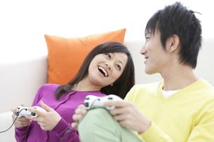 テレビゲームをしているカップルの写真素材 [FYI01296351]