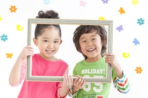 額縁を持っている子供2人の写真素材 [FYI01296356]