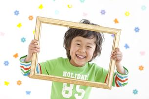額縁を持っている男の子の写真素材 [FYI01296393]