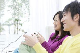 テレビゲームをしているカップルの写真素材 [FYI01296407]
