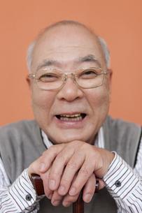 杖を持つ笑顔の中高年男性の写真素材 [FYI01296442]