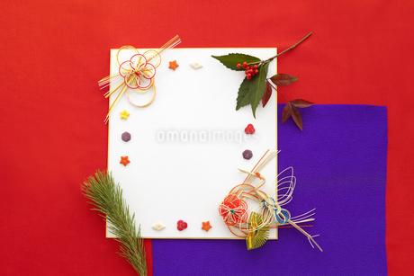 色紙の上の水引と飾りの写真素材 [FYI01296470]