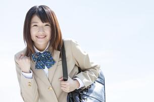ガッツポーズをする女子高生の写真素材 [FYI01296535]