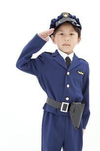 敬礼をしている男の子の写真素材 [FYI01296572]