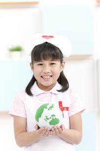 地球儀を持っている女の子の写真素材 [FYI01296579]