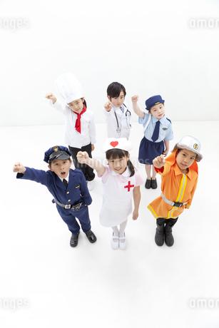 ガッツポーズをしている子供6人の写真素材 [FYI01296587]