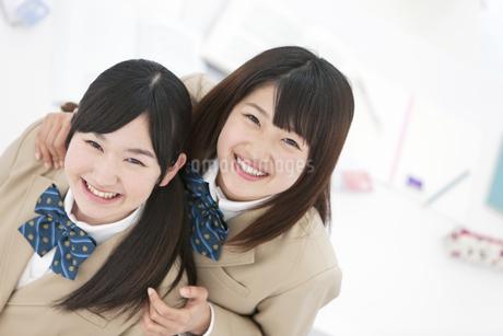 寄り添う女子高生2人の写真素材 [FYI01296591]