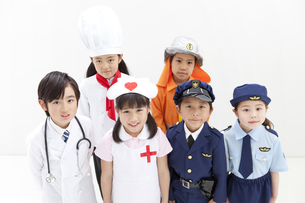 コスチュームを着た子供6人の写真素材 [FYI01296593]