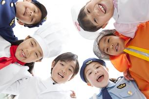 円陣を組む子供6人の写真素材 [FYI01296594]