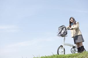自転車を押す女子高生の写真素材 [FYI01296596]