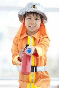 消火器を構える男の子の写真素材 [FYI01296608]