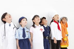 見上げているコスチュームを着た子供6人の写真素材 [FYI01296612]