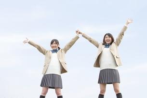 両手を上げる女子高生2人の写真素材 [FYI01296614]