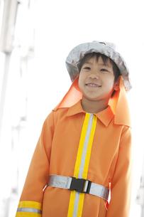 消防士の格好をしている男の子の写真素材 [FYI01296638]
