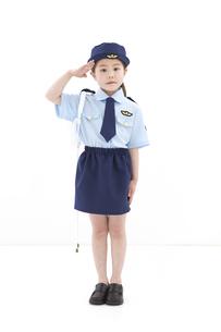 敬礼をしている女の子の写真素材 [FYI01296640]