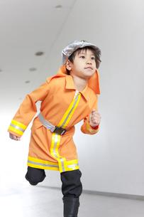 廊下を走っている男の子の写真素材 [FYI01296641]